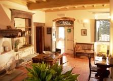 Ingresso comune, curato, accogliente e luminoso, gli ospiti potranno rilassarsi davanti al bel camino di materiali originali
